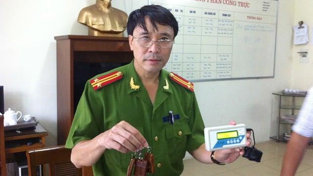 Trung tá Nguyễn Hữu Điển (Công an quận Hoàn Kiếm) giới thiệu máy phá khóa cửa cuốn.