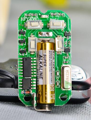 Khi nào remote cửa cuốn của bạn cần thay pin 2